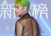 ?他穿成这样是被逼的?
