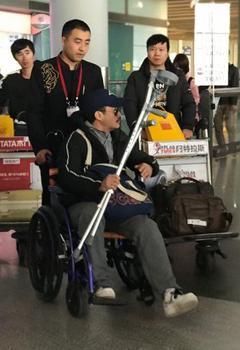 """吴京坐轮椅现身机场 团队回应""""刚紧急治"""