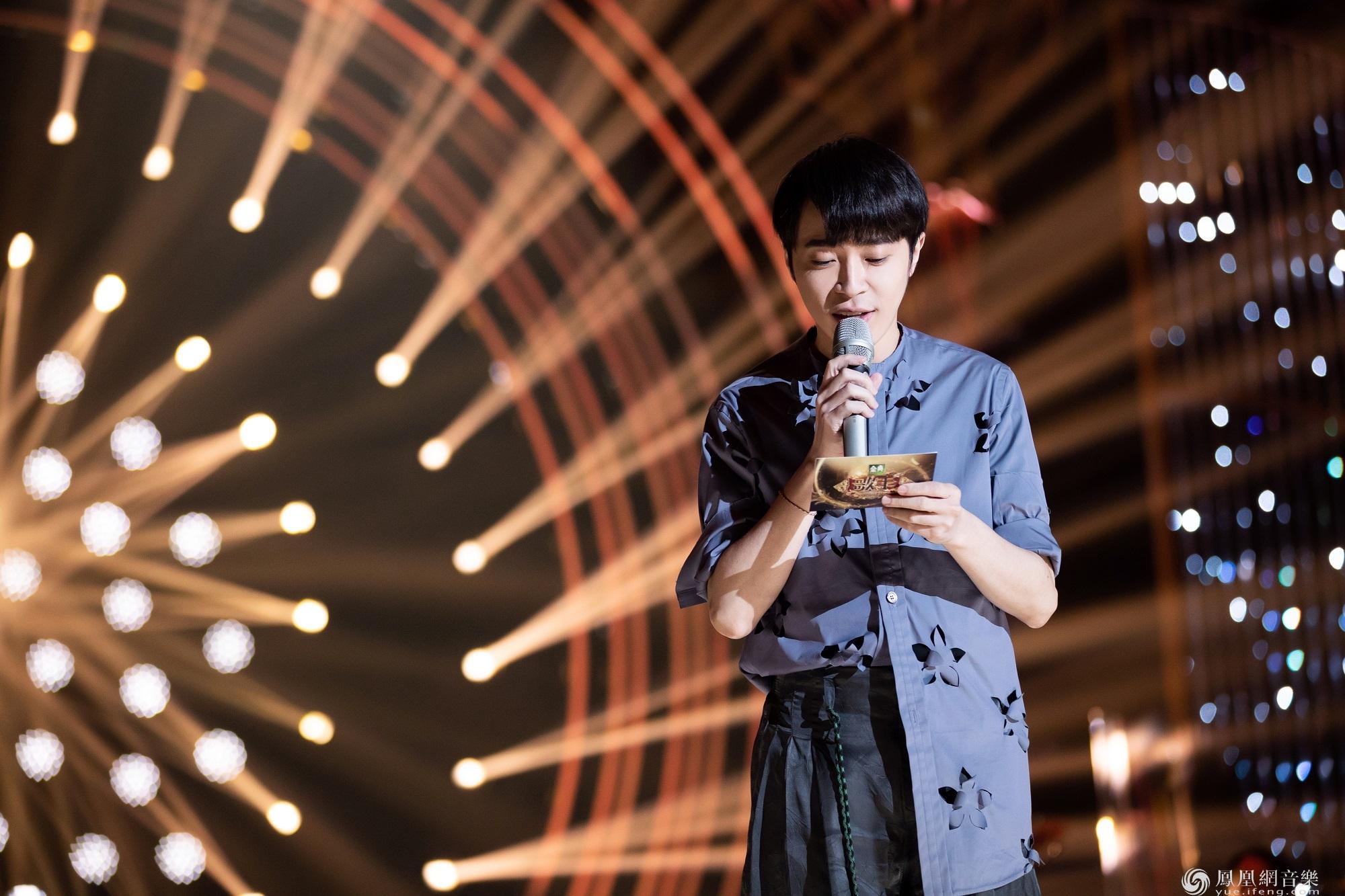 吴青峰《歌手》2019第九期深情诠结了歌词释《那些花儿+望春风》 引网友冲动落泪
