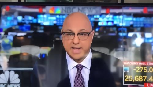 25记者吐口水理头发被直播