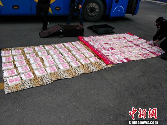 四川一大客车上两乘客携400万元假币途经广元被查获