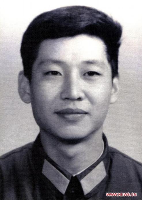 这是1979年,在中央军委办公厅工作时的习近平