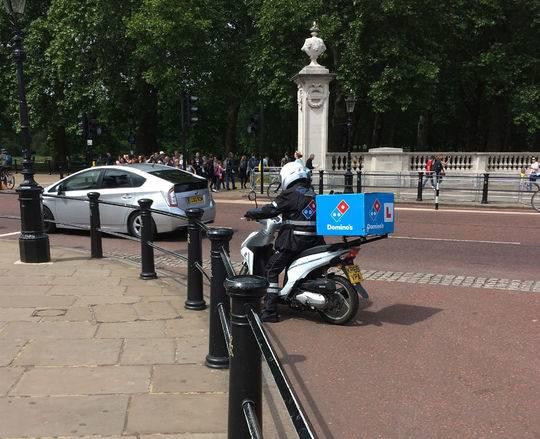 外卖小哥给英国女王送披萨被拦 安保:是有人整你