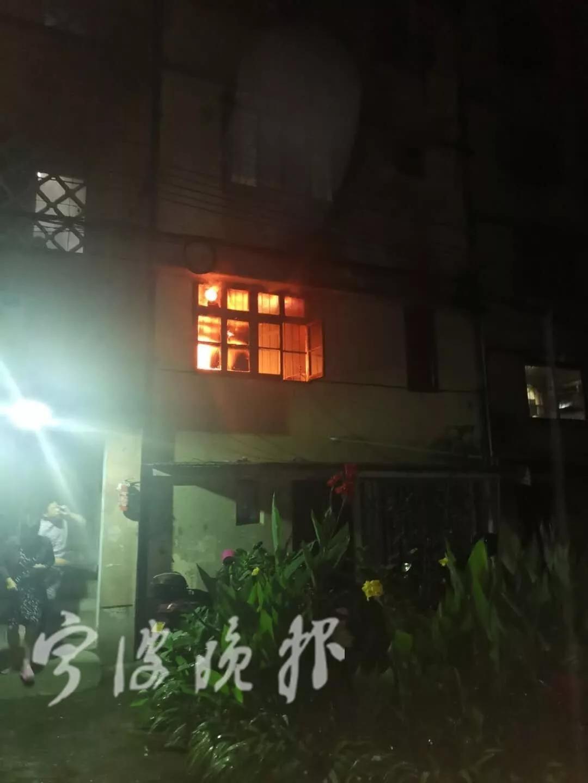 凌晨居民楼突发火灾 他只身七进火场用七个灭火器