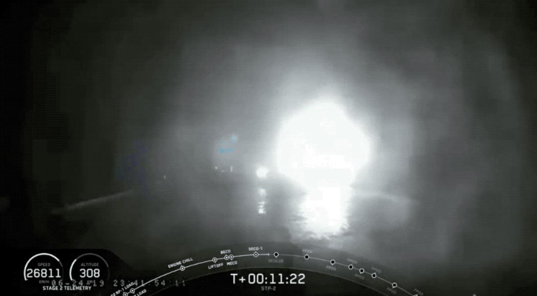 中央核心助推器在海中爆炸