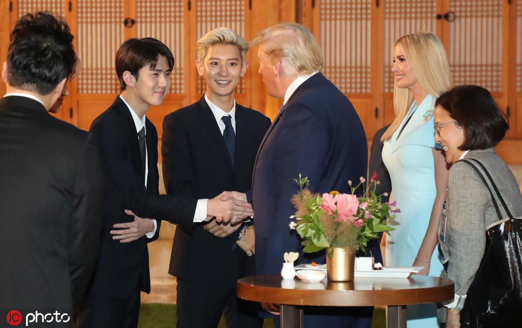 收到韩国男团EXO专辑后,特朗普表情亮了