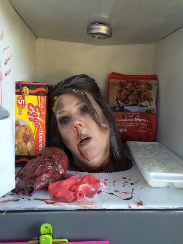 丝袜放冰箱里冷冻_万圣节吃什么?这个冰箱里的冷冻人头看起来不错哦_凤凰资讯