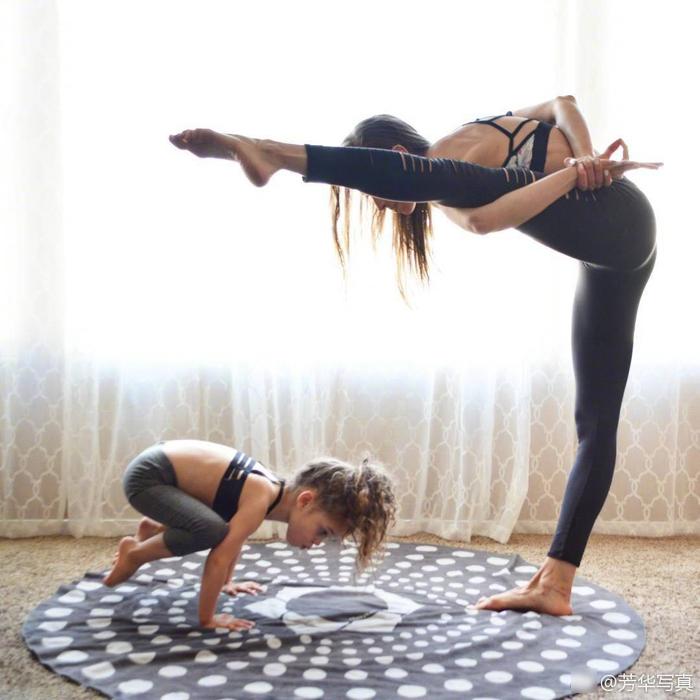 國外媽媽帶倆娃做瑜伽照爆紅 難度系數高達3.圖片