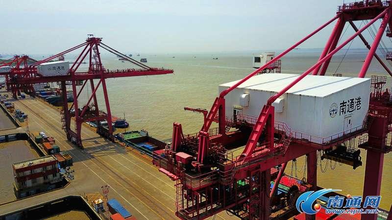 图为4月12日拍摄的忙碌的南通港口集团集装箱码头.(许丛军/摄)