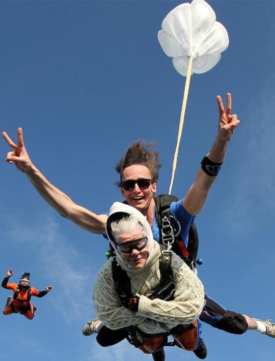 101岁老人跳伞 成为世界上最年长女性跳伞者