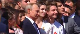 普京就职后检阅总统警卫团 身边美女突然求合照