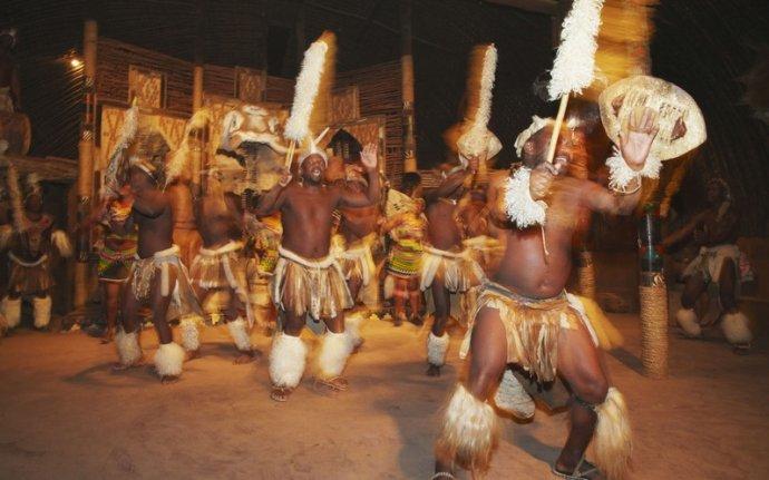 裸露乱沦_南非这个原始部落,一夫多妻制,少女裸露身体只为展示