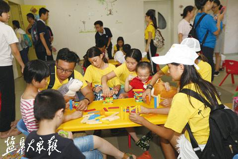 """儿童福利院义工_华裔青少年盐城寻根 儿童福利院来了说英语的""""义工""""_江苏频道 ..."""