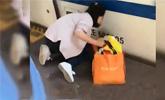北京火车站内一孩子掉下站台 家长因看手机未注意