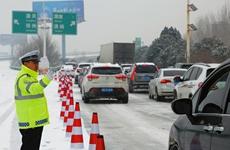 出动警力近万人次 陕西公安交警全力应对冰雪天气