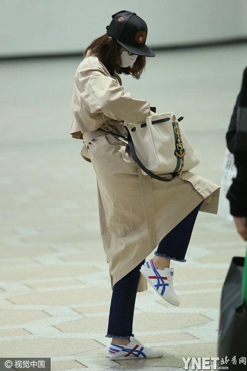 首爾,劉詩詩一改往日御姐范兒,身穿風衣戴卡通帽配白口罩包裹嚴實圖片