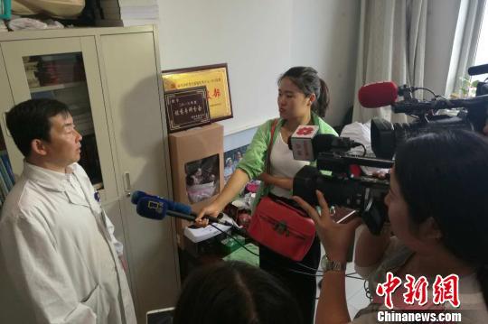 图为西安交大一附院医生22日接受采访。 缑永强摄