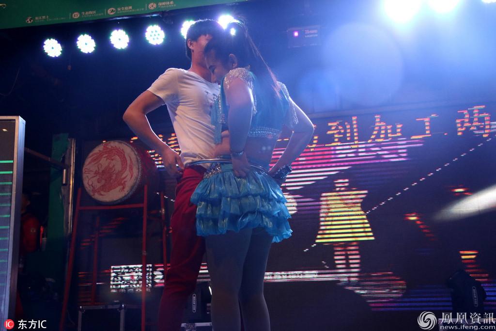 山东演员网_山东:男女二人转演员钻铁圈一幕_资讯频道_凤凰网