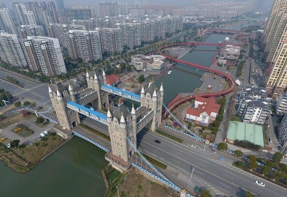 苏州一座山寨的伦敦塔桥有四个塔楼,正版只有两个。(图片来源网络)