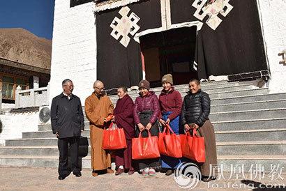 佛教百寺基金�樨�困地�^捐��扇f余件羽�q服