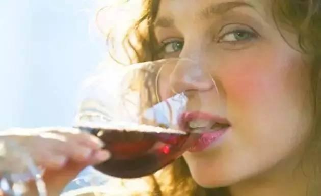 喝酒_为什么喝酒的女人值得爱慕?柔美、优雅、浪漫|女人| 喝酒_凤凰 ...