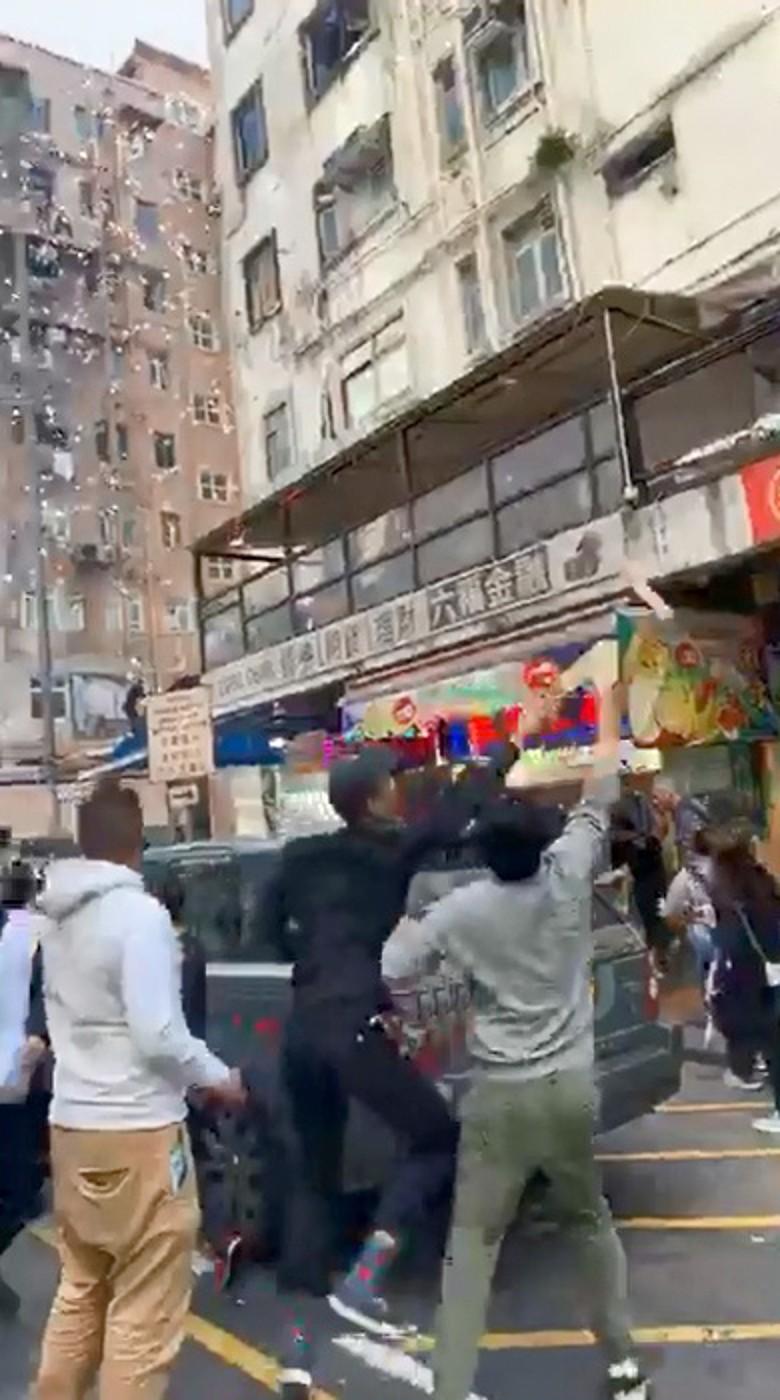 """香港上演""""天上掉钱""""一幕 引路人疯抢"""