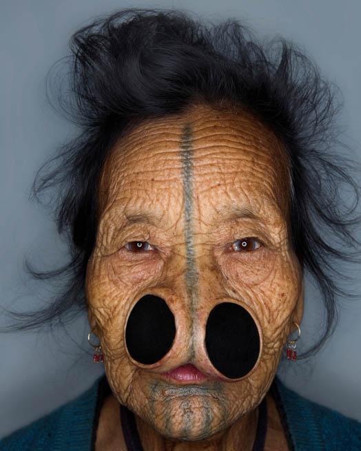 用_印度这个部落原本全是美女,因屡被外敌劫掠,无奈用木塞堵鼻变丑