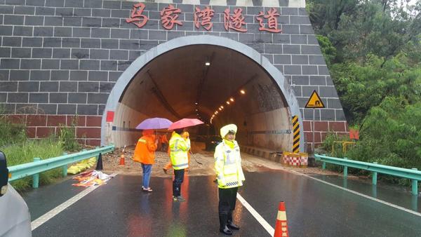 蓉丽高速丽攀段马家湾隧道口主道封闭 货车道可通行
