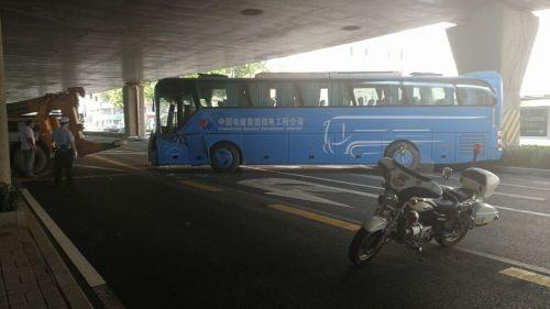 济南一蓝色大巴车发生事故横在二环东路 造成拥堵