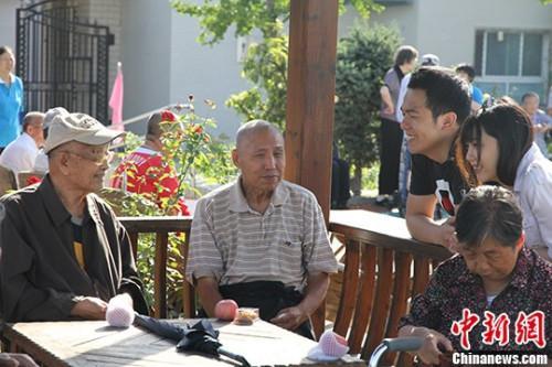 资料图:北京某养老院里的老人。