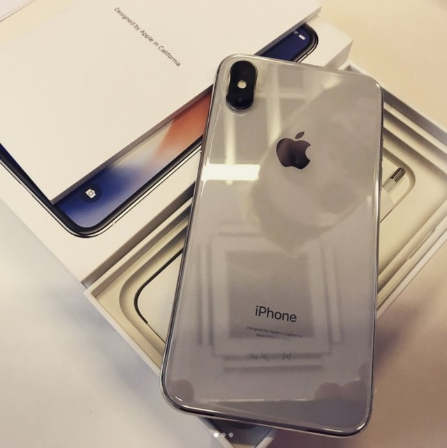 美国银色�y��x�_竟有镜面效果 国外网友曝光银色iphone x真机