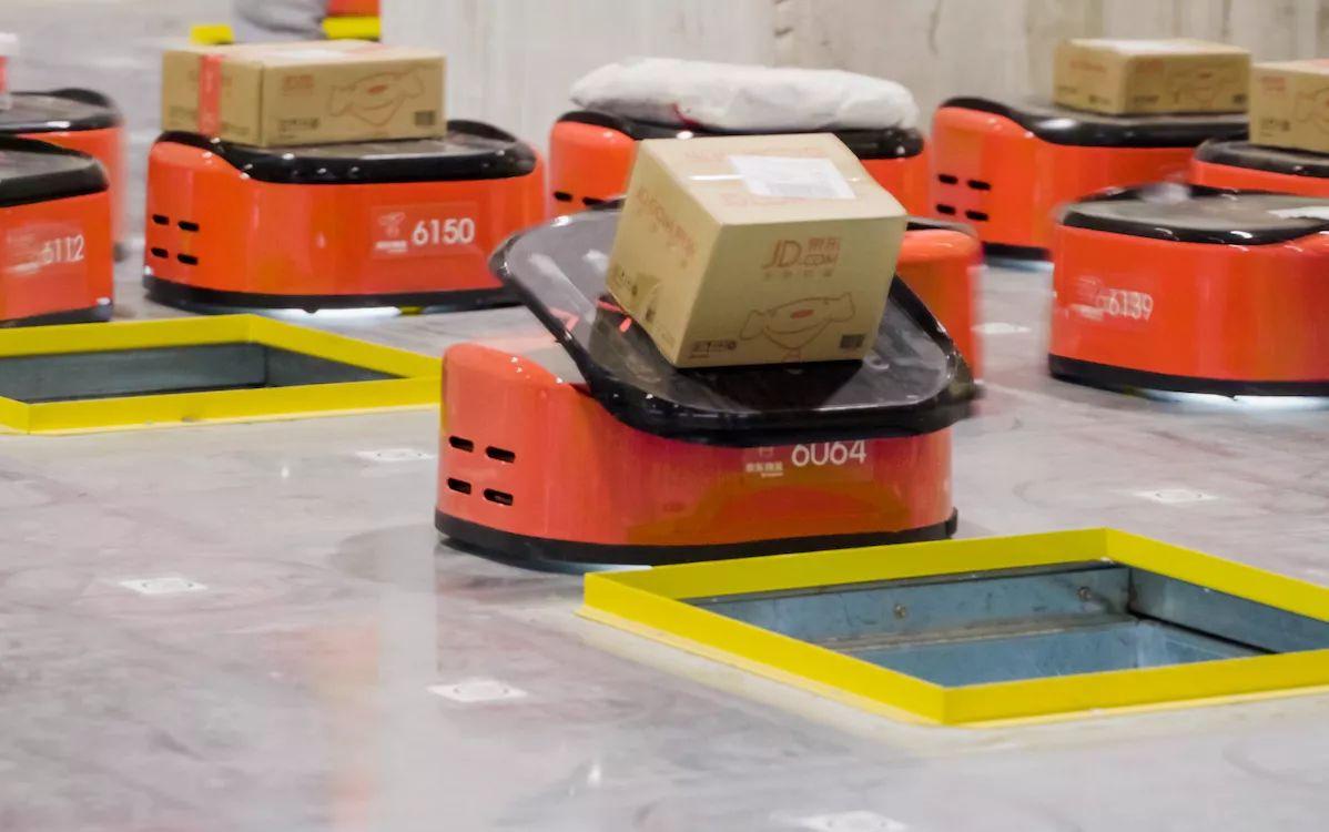 这里是全国第一个拥有全自动机器人设备的分拣中心,为华南四个省份提供摆渡业务。它的分拣准确率 100%,分拣效率是人工的 3 至 4 倍。 前阵子,京东将位于上海的亚洲一号(物流仓)升了个级,日处理订单会超过 20 万单。而这里也是全球首个正式落成并投入使用的全流程无人的物流中心。