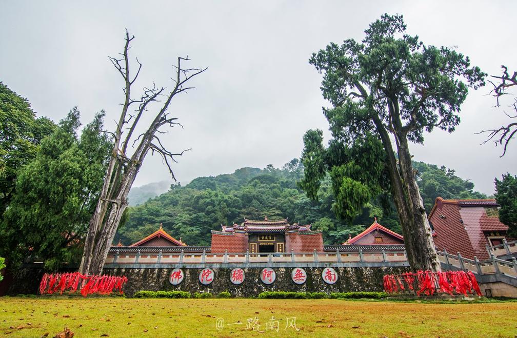 Linh Quang Tự trên núi Âm Na.