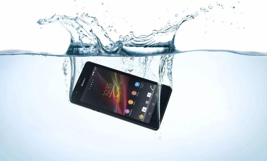 索尼手機的防水技術 索尼手機逐漸在市場的喧囂聲中退到邊緣位置,甚至與淪落為索尼秀肌肉的工具每次新品發布,傲嬌的索尼似乎都在向市場傳遞一種態度:我不是為了賣手機,我只是想讓你們看看,我的技術能夠達到怎樣的高度。 就是在這樣的偏執下,讓本能打下一片市場的索尼,淪為了小眾索粉的狂歡。