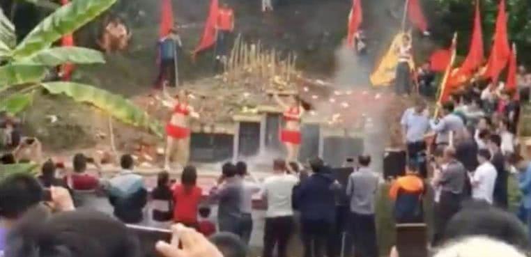 中国五大美女图片_坟头蹦迪跳脱衣舞 一些中国人的葬礼简直是行为艺术_凤凰资讯