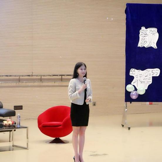 顏樺從財經才女轉型雙語主持 走進校園分享感想