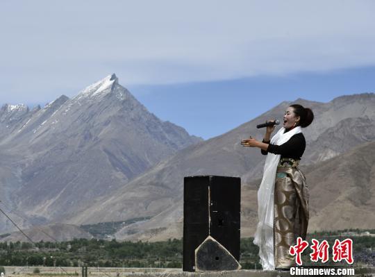 西藏军区官兵雅鲁藏布江畔观赏藏族歌舞