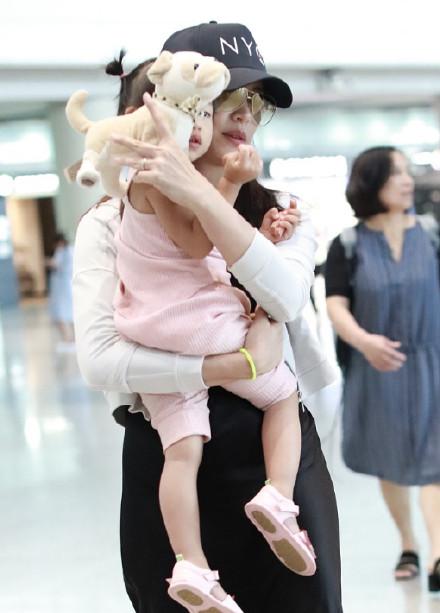 姚晨兩歲女兒近照曝光,小茉莉嘴巴不像媽媽(組圖)