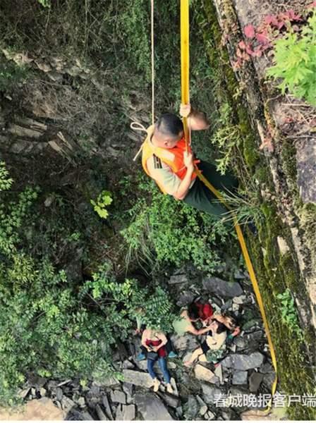 云南怒江两游客索桥边拍照失足坠崖 警察紧急施救