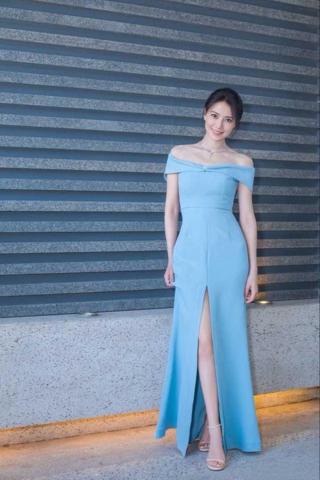 女神现身必出彩,高圆圆字母T配条纹裙,完美将浪漫优雅集于一身