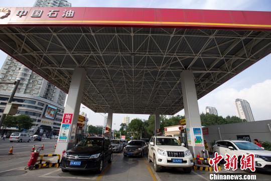 资料图:中国石油加油站。 张云 摄