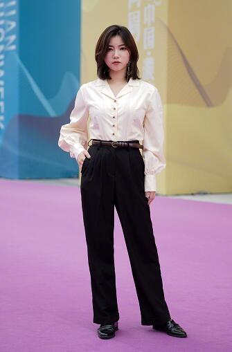 復古的西裝領燈籠袖襯衫,一排秀氣的紐扣點綴,搭配高腰闊腿西褲,有點圖片