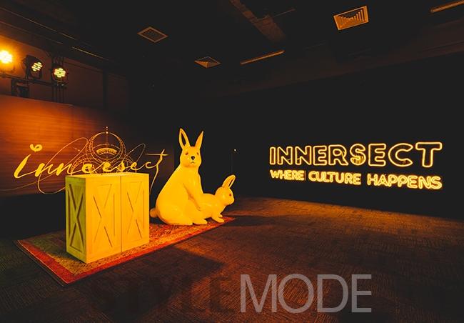 中出日�yf�x�_通过入口处的黄色门廊,之前在innersect x #fr2 pop-up中出引得路人纷
