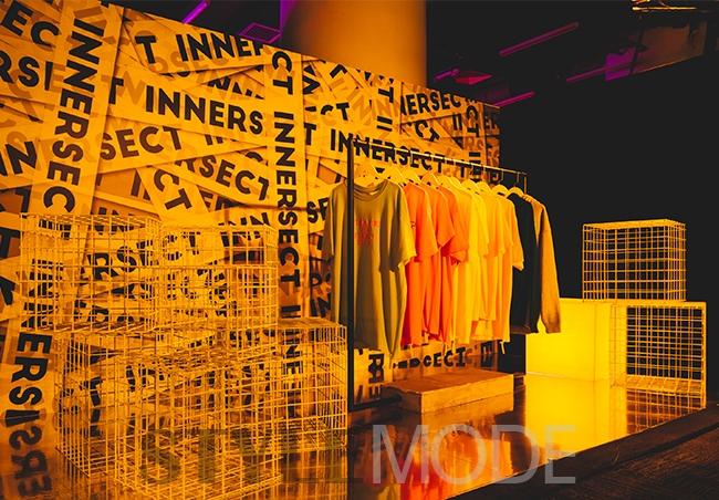 中出日�yf�x�_通过入口处的黄色门廊,之前在innersect x #fr2 pop-up中出引得路人