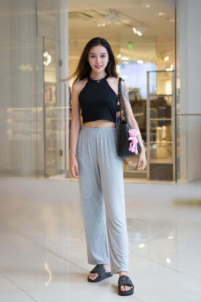 亚洲超大胆裸体美女_穿着大胆,身材也丰腴的美女,总忍不住回头多看一眼