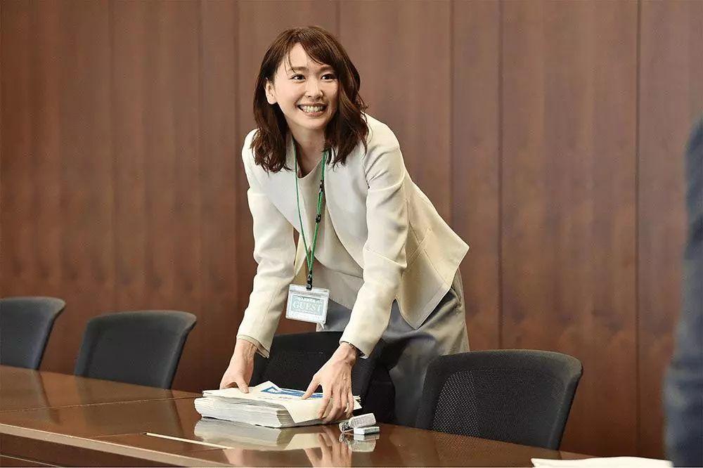 播吉吉影����y�+9��z`/9.ly/)��-yol_新垣结衣饰演的是30岁的ol深海晶,在工作上深受上司信任,和男朋友也