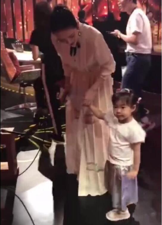 章子怡带女儿录节目 喜欢摸徐峥的光头